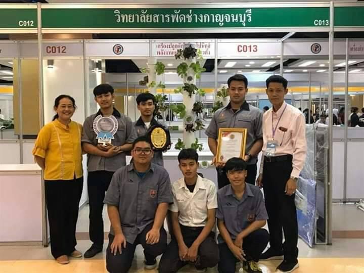 """นศ.สารพัดช่างกาญจนบุรีเชิญชวนคนไทยให้ """"อยู่บ้าน หยุดเชื้อ เพื่อชาติ"""" โดยการปลูกผักทานเองด้วยเครื่องปลูกผักไฮโดรโปนิกส์พลังงานแสงอาทิตย์แนวตั้ง"""