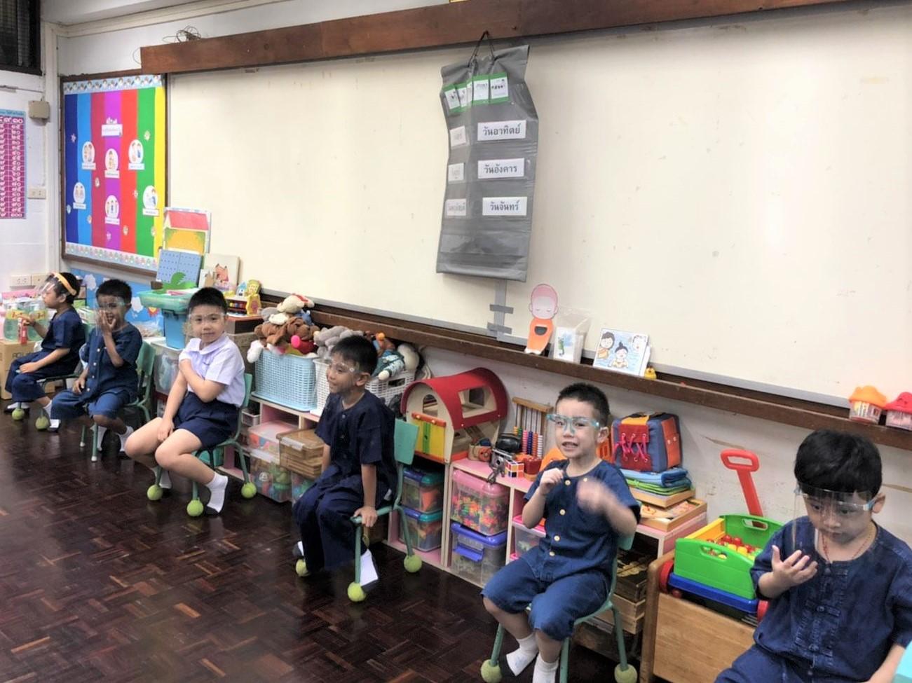 """""""แว่นท็อปเจริญ"""" ส่งความห่วงใยแก่คณาจารย์และนักเรียน มอบแว่นหน้ากากเฟสชิลด์ ณ ศูนย์การศึกษาพิเศษ โรงเรียนสาธิตละอออุทิศ"""