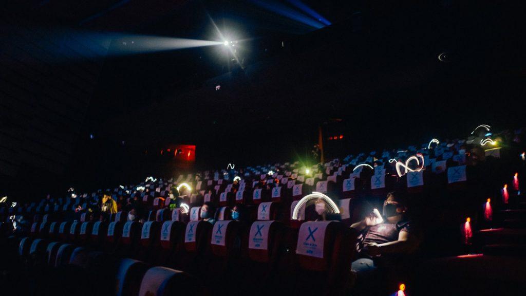 """""""ว่าน ธนกฤต"""" ร่วมกับ โรงภาพยนตร์ เอส เอฟ จัด """"จุลคอนเสิร์ต"""" แบบ New Normal นำรายได้ช่วยรุ่นน้อง"""