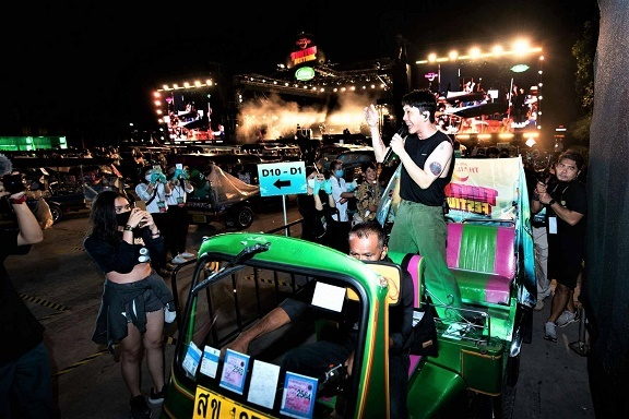 """ททท. ร่วมกับ ช้าง ยกระดับการจัดงานคอนเสิร์ต ให้คนเมืองสนุกบนรถตุ๊กตุ๊ก ได้แบบ """"เว้นระยะห่าง"""""""